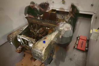 Fut�szalagon sz�ll�tja a veter�n Land Rovereket a gy�r