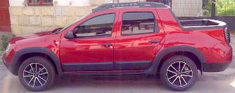 Duplakabinos Duster pickupot f�nyk�peztek a Dacia-gy�r k�zel�ben