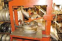 A sérült tárcsát úgynevezett hidegsajtoló gépbe fogják, amelynek segítségével helyére préselik a benyomódott részt