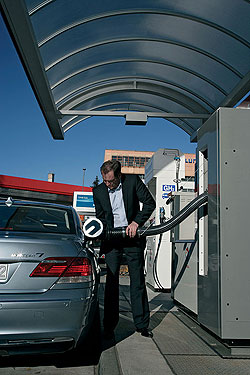 Míg a benzin kiömlik és tócsába gyűlve közvetlen égésveszélyt teremt, az esetleg kiömlő hidrogén azonnal elillan a légkörbe, lángja pedig oldalra nem sugároz hőt