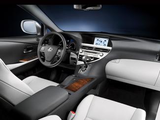A rengeteg funkció ellenére könnyen kezelhető autó az RX. A menürendszer kezelése a váltókar mögötti Remote Touch funkcióval gyerekjáték