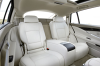 A hátsó ülések 10 cm-es hosszúságú sínen csúsztathatók, így variálhatjuk a lábtér és a csomagtartó arányát