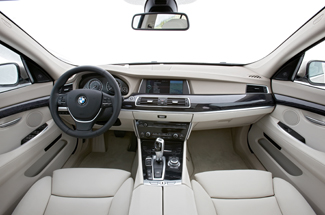 A műszerfal és a letisztult középkonzol a 7-es zászlóshajót idézi. A BMW szerint az 5-ös GT előrevetíti a következő 5-ös sorozat stílusát