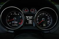 A 310-ig kalibrált sebességmérő megindítja a fantáziát, a váltókar mögötti Sport gomb pedig élesebbre állítja a gép viselkedését