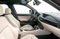 A műszerpult erősen ível az ülések felé, a sofőr tipikusan BMW-s környezetben dolgozhat