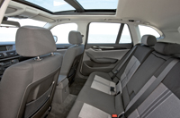 Hátul is megfelelő a helykínálat, az üléspad éle és a tetőkárpit közötti távolság 1008 mm