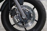 A Tokico fék ereje remekül adagolható, és akkor sem lankad, ha szerpentinen motorozunk