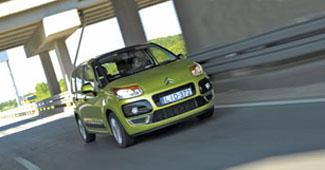 Kevés egyterű után fordulnak meg a járókelők, de a C3 Picasso vonzza a tekinteteket. Ez a Citroën negyedik, legkisebb és egyben legdivatosabb buszlimuzinja
