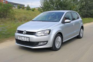 A divatparádét másra hagyja a Volkswagen, de kétségtelenül tetszetős a Polo sarkos formája. Aki kényelmes kisautót keres, itt megtalálja