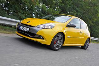 Elöl 312, hátul pedig 300 mm átmérőjű féktárcsák feszülnek a Clio RS-en