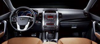 Gusztusos az utastér, új a hatfokozatú manuális váltó és a belső visszapillantó tükörbe integrált tolatókamera
