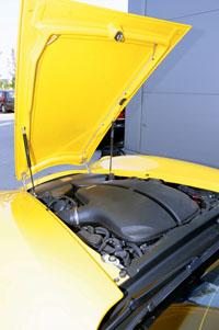A hosszú orrban a BMW M5-ös 507 lovas V10-es motorja lapul
