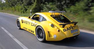 Az autó zajkomfortjára jellemző, hogy az egyetlen zavaró tényező az ideiglenesen felszerelt fényhíd szélzaja volt