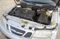 Jelentős, 1600 kilós önsúlya miatt eleve iszákosabb a szerényebb teljesítményű (120 LE) Saab, mint a koreai rivális