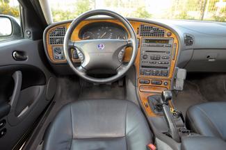 Tipikus Saab: igényes fabetét a műszerfalon, gyújtáskulcs a kézifékkar mellett, elektromos ablakemelők pedig a középkonzolon