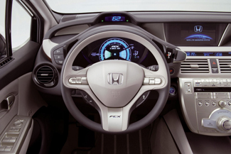 A kombinált körműszer a sebesség és a megtett út mellett a fogyasztást, az akku feltöltöttségét és a kifejtett teljesítményt is mutatja
