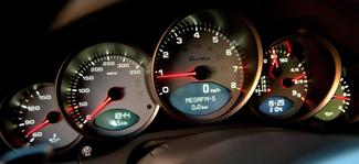 Jellegzetes Porsche műszeregység, középpontban a fordulatszámmérővel, ahogy az egy telivér sportkocsihoz illik