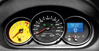 Feltűnő részlet a sárga fordulatszámmérő-hátlap, a 280-ig kalibrált sebességmérő apró optikai tuning