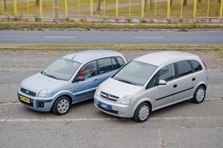 Az Opel nemcsak hosszabb (+20 mm), hanem magasabb is (+90 mm) a Fordnál
