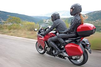 Túradobozokkal két személynek is tökéletes túramotor lehet a VFR. A 18,5 literes üzemanyagtank nagy hatótávot eredményez