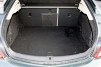 Az 530 literes csomagtér nagyon hosszú, s a szélvédővel együtt nyíló ötödik ajtó miatt pakolni is könnyű