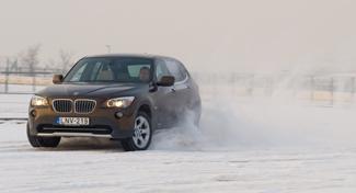 Nem kétséges, hogy az X1-es a legsportosabban vezethető szabadidő-autó. A terepjárós  jelleget a látványelemek biztosítják, nem pedig a túlzó méretek