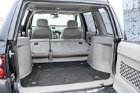 A Freelander hátsója 370 literes, ha lehajtjuk az üléseket, magas küszöb keletkezik