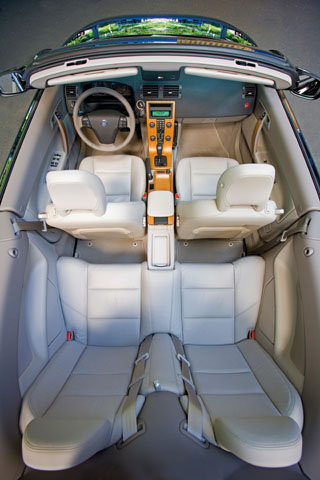 Négyszemélyes, igazi négy évszakos a C70-es kupé-kabrió. Boruláskor a ROPS (Roll Over Protection System) oltalmaz
