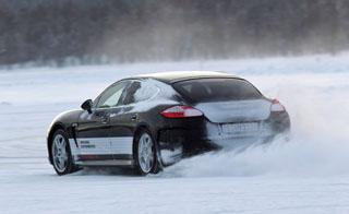 Teljes gyorsítás jégfelületen – szöges gumival nem boszorkányság, mint ahogy a fékezés és a kanyarvétel sem