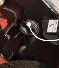 Kis autó, kis kapacitás. Mindössze 15 literes a benzinkulacs,  a hatótáv maga az illúzió
