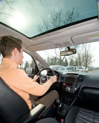 A magas üléspozíció jó rálátást biztosít a forgalomra, de az első oszlopok sokat takarnak