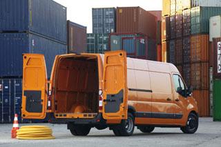 Nagy súlyt fektettek a tervezők a könnyű pakolásra és a rakomány biztonságos rögzítésére. Kívánságra természetesen kétoldali tolóajtó is kapható