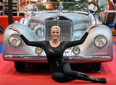 Brigitte Nielsen és egy Mercedes. Mindkettő veterán?
