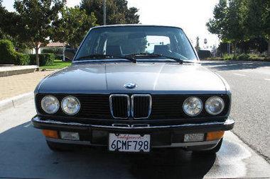 Ránézésre semmi extra nincs ebben az E28-as BMW-ben