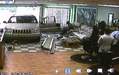 Befejezte a hajvágást annak ellenére, hogy egy autó hajtott az üzletébe