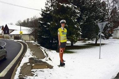 Miniszoknyás rendőrnő a hóesésben - baleseteket okoz, és a cseh rendőrség szerint ez így van jól