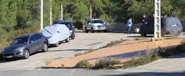 Ponyvával takarták az út szélén parkoló prototípusokat
