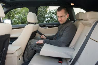Két utasnak kényelmes a hátsó üléssor. Csúsztatni nem lehet, de a háttámla dőlésszöge szabályozható
