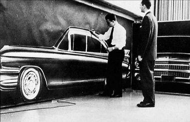 Első maradandó munkája az 1959-es Cadillac volt. Tudják, a hatalmas hátsó szárnyak