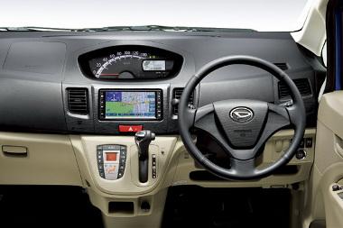 Alapfelszerelés a CVT váltó, a navigáció extra. Alapból még rádiót se kap a Move