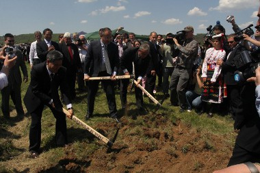 Boldogan csákányoztak a Great Wall képviselői is az alapkőletételnél. 2011 nyarán kezd termelni az üzem