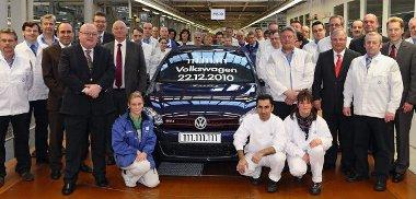 Egy kék színű Golf GTI lett a jubileumi darab
