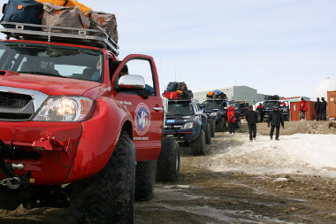 Négy autóval szállították a kutatócsapatot az antarktizi bázisra