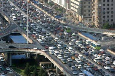 Adminisztratív eszközökkel korlátozzák a pekingiek autóvásárlását. A hírre esni kezdtek az autógyárak részvényárfolyamai