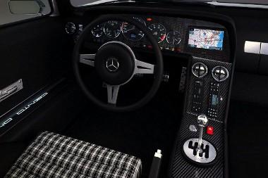 Mercedes alkatrészeket találunk az utastérben, a hetvens éveket idéző kárpit pirospontot érdemel