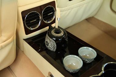 A teáskészlet széria, de van kávégép is a második sorban utazók részére, a hűtőről és minibárról nem is beszélve