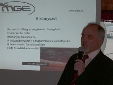 Erdélyi Péter, az MGE ügyvezető elnöke ismertette a magyar újautó-piac nehézségeit. Eredményekről nem nagyon lehet beszélni...