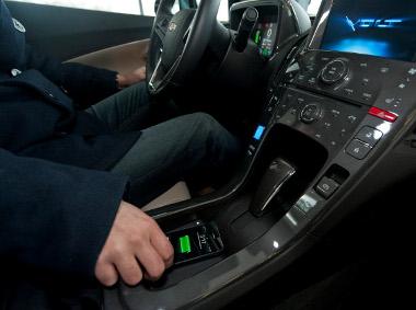 Indukciós elven működő töltő kerül több GM autóba 2012 közepétől. Elsőként a Chevrolet Volt kapja meg a Powermat-ot
