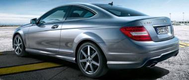 Mercedes kupétól szokatlan módon nem csúcsos az oldalablak végződése