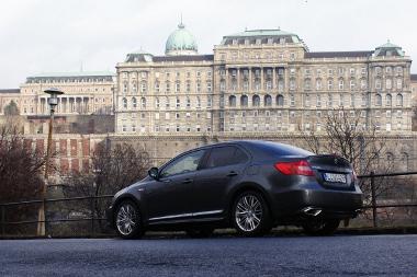 Jól mutat az autó, a sötétített hátsó ablak széria; csak fullextrás Kizashit forgalmaznak hazánkban